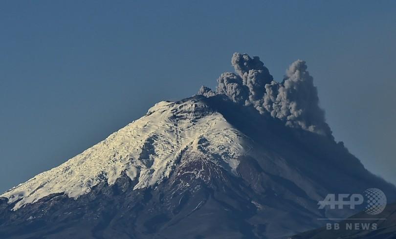 エクアドルの火山噴火、32万5000...
