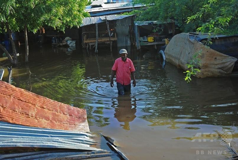 ソマリア豪雨、ロバで避難する住...