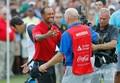 男子ゴルフ米国ツアー、フェデックス・カップ、プレーオフ最終戦、ザ・ツアー選手権最終日。キャディーと優勝を喜び合うタイガー・ウッズ(左、2018年9月23日撮影)。(c)Kevin C. Cox/Getty Images/AFP