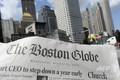米ボストンの街並みを背景に撮影されたボストン・グローブ紙(2018年8月15日撮影)。(c)AFP / Joseph PREZIOSO