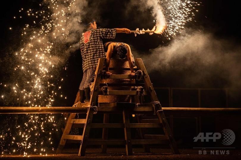 愛知県豊橋市の吉田神社で行われた神前花火奉納(2018年7月20日撮影)。(c)AFP PHOTO / Yasuyoshi CHIBA