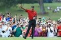 男子ゴルフ米国ツアー、フェデックス・カップ、プレーオフ最終戦、ザ・ツアー選手権最終日。4番で手を上げるタイガー・ウッズ(2018年9月23日撮影)。(c)Sam Greenwood/Getty Images/AFP