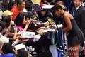 女子テニス、東レ・パンパシフィック・オープン、シングルス2回戦。試合後、観客にサインをする大坂なおみ(2018年9月19日撮影)。(c)TOSHIFUMI KITAMURA / AFP
