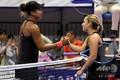 女子テニス、東レ・パンパシフィック・オープン、シングルス2回戦。試合を終え、握手を交わすドミニカ・チブルコバ(右)と大坂なおみ(2018年9月19日撮影)。(c)TOSHIFUMI KITAMURA / AFP