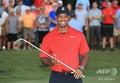 男子ゴルフ米国ツアー、フェデックス・カップ、プレーオフ最終戦、ザ・ツアー選手権最終日。トロフィーを手にポーズをとるタイガー・ウッズ(2018年9月23日撮影)。(c)Sam Greenwood/Getty Images/AFP