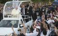 パナマのパナマ市に到着後、専用車「パパモビル」から信徒らに手を振るローマ・カトリック教会のフランシスコ法王(2019年1月23日撮影)。(c)Marvin RECINOS / AFP