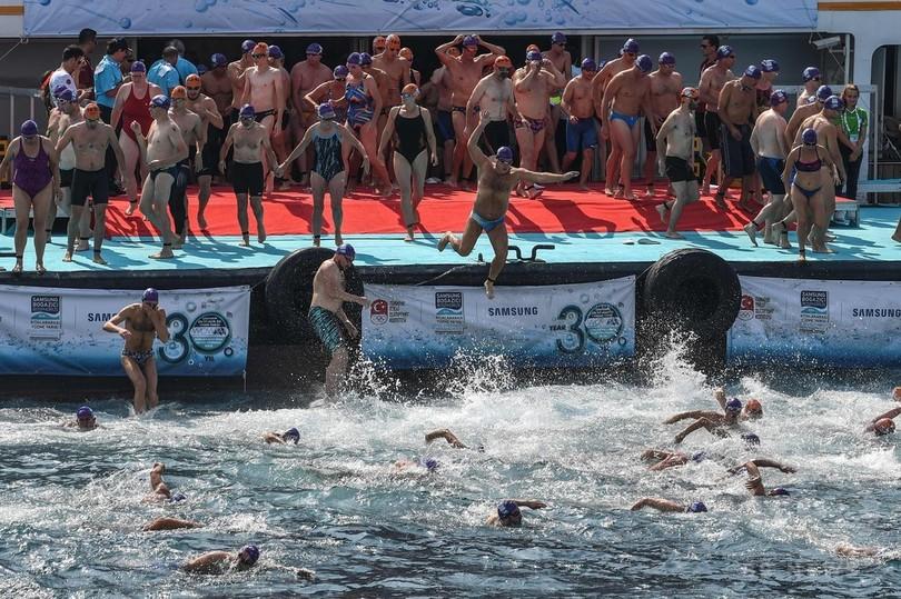 トルコ・イスタンブールで開かれた「ボスポラス海峡大陸間水泳大会」に参加する人たち(2018年7月22日撮影)。(c)AFP PHOTO / OZAN KOSE