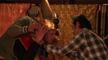 動画:ウィリアム王子が武士に変身!NHKでかぶとを試着