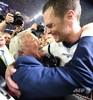 2017年に行われた第51回スーパーボウルで、優勝を祝うニューイングランド・ペイトリオッツのQBトム・ブレイディ選手(右)とロバート・クラフト・オーナー(2017年2月5日撮影)。(c)Timothy A. CLARY / AFP
