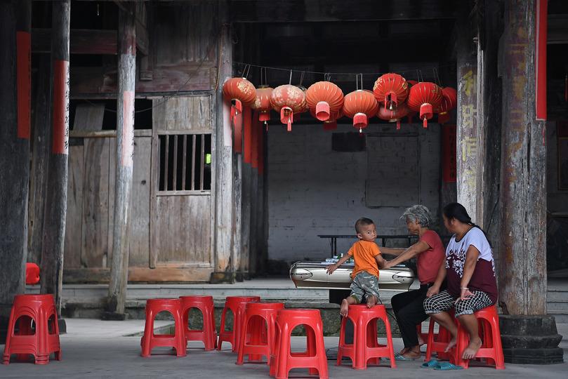金渓県対橋鎮暘田(ようでん)村の古民家でくつろぐ村人(2019年8月29日撮影)。(c)Xinhua News