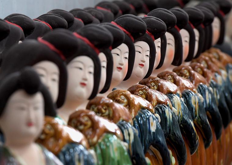 河南省洛陽市孟津県南石山村の作業場に並べられた唐三彩(2019年7月23日撮影)。(c)Xinhua News