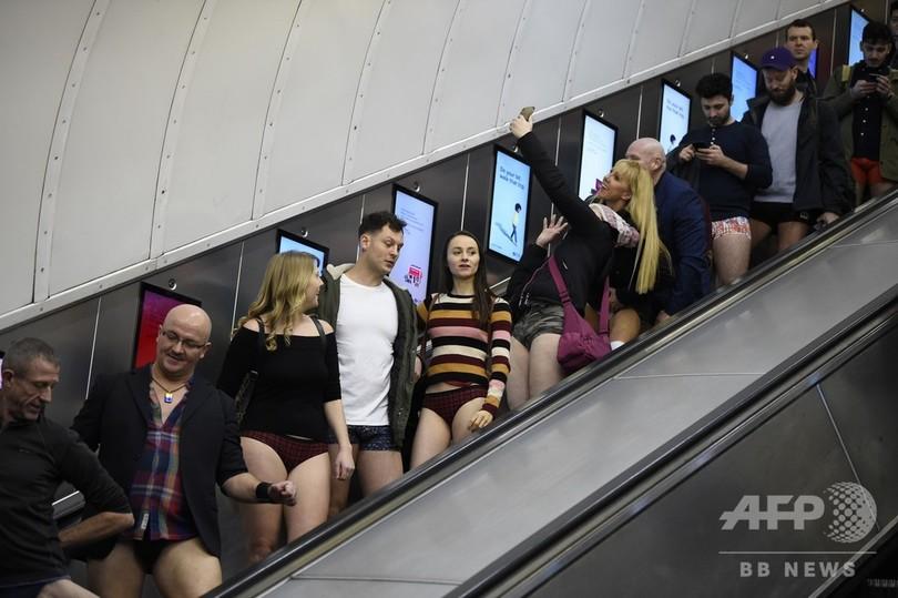 「パンツなしで地下鉄に乗ろう」の参加者ら。英ロンドンの地下鉄で(2020年1月12日撮影)。(c)DANIEL LEAL-OLIVAS / AFP