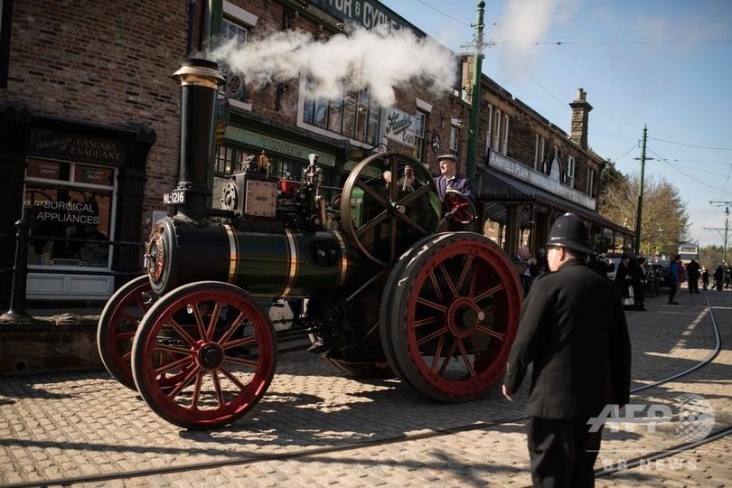 英イングランド北部にある屋外歴史博物館「ビーミッシュ」で開催の1930年代以前の乗り物を集めたイベント「グレートノース・ストリームフェア」の様子(2019年4月11日撮影)。(c)OLI SCARFF / AFP)