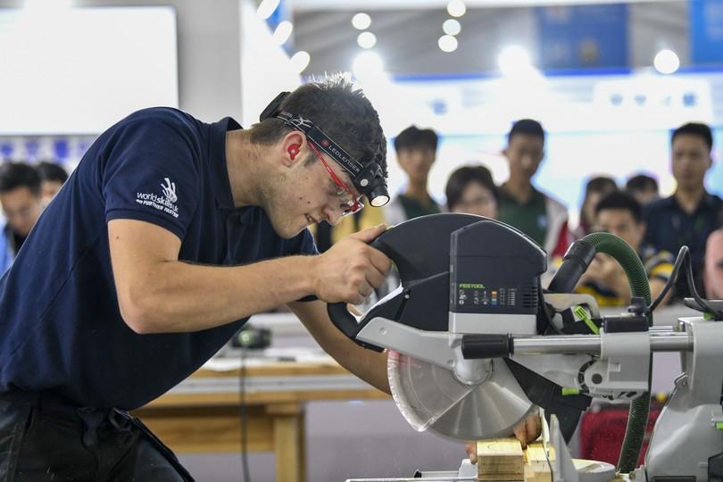 国際技能コンテストの精密木工技術部門(精密な木工製品を作る競技)の参加者(2019年5月28日撮影)。(c)XInhua News