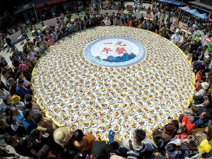 1元ランチを並べた大テーブル(2019年10月3日撮影)。(c)CNS/王中挙