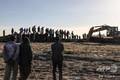 エチオピアのビショフトゥ付近にあるエチオピア航空機の墜落現場で、作業員らを見守る人たち(2019年3月10日撮影)。(c)Michael TEWELDE / AFP
