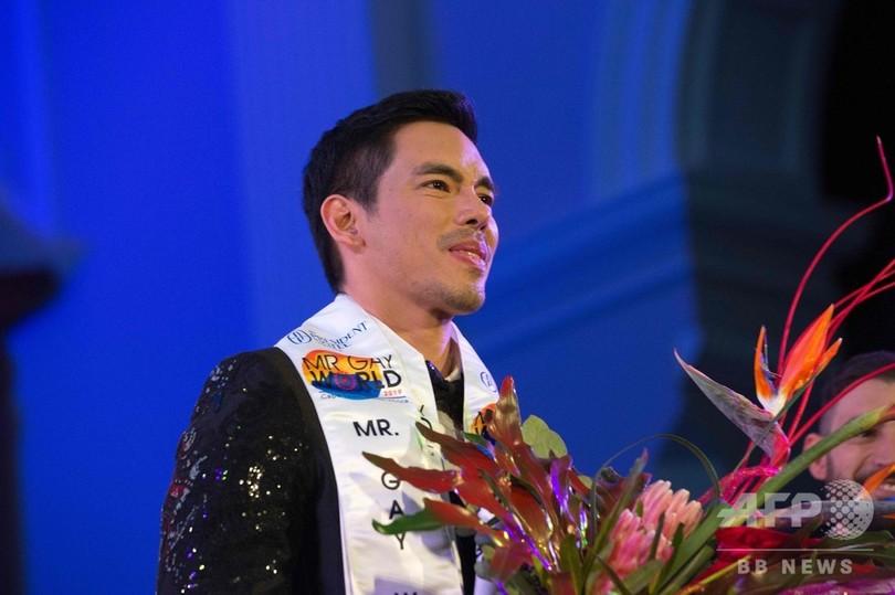 南アフリカ・ケープタウンで開催された「ミスター・ゲイ・ワールド」で優勝したフィリピン代表のジャンジェップ・カルロスさん(2019年5月4日撮影)。(c)RODGER BOSCH / AFP