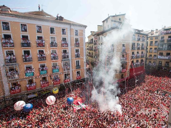 スペイン北部パンプローナの市役所前で、「サン・フェルミン祭」の開幕を祝う人々(2019年7月6日撮影)。(c)JAIME REINA / AFP