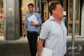 米ニューヨークにあるドイツ銀行米国本社で、解雇通知とされる封筒を手に玄関を出ていく人たち(2019年7月8日撮影)。(c)Spencer Platt/Getty Images/AFP