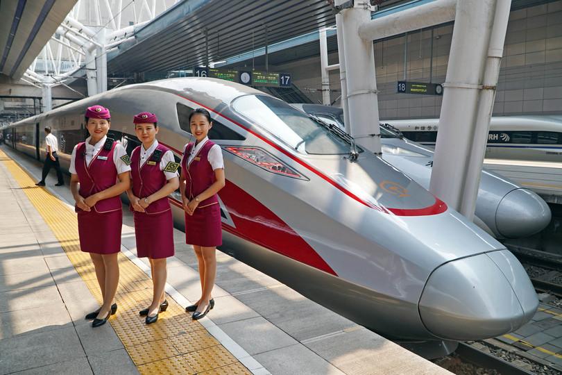 北京西駅に停車した京雄都市間鉄道(北京区間)の試運転列車の前で記念撮影する乗務員(2019年9月5日撮影)。(c)Xinhua News