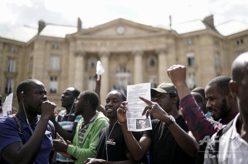 フランス・パリの観光名所パンテオン前で、正規の滞在許可を求めてデモをする不法移民ら(2019年7月12日撮影)。(c)Kenzo TRIBOUILLARD / AFP