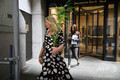 米ニューヨークにあるドイツ銀行米国本社で、解雇通知とされる封筒をや私物を手に玄関を出ていく人たち(2019年7月8日撮影)。(c)Spencer Platt/Getty Images/AFP