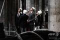 大火災から約1か月が経過した仏パリのノートルダム大聖堂を視察するカナダのジャスティン・トルドー首相(中央、2019年5月15日撮影)。(c)Philippe LOPEZ / POOL / AFP