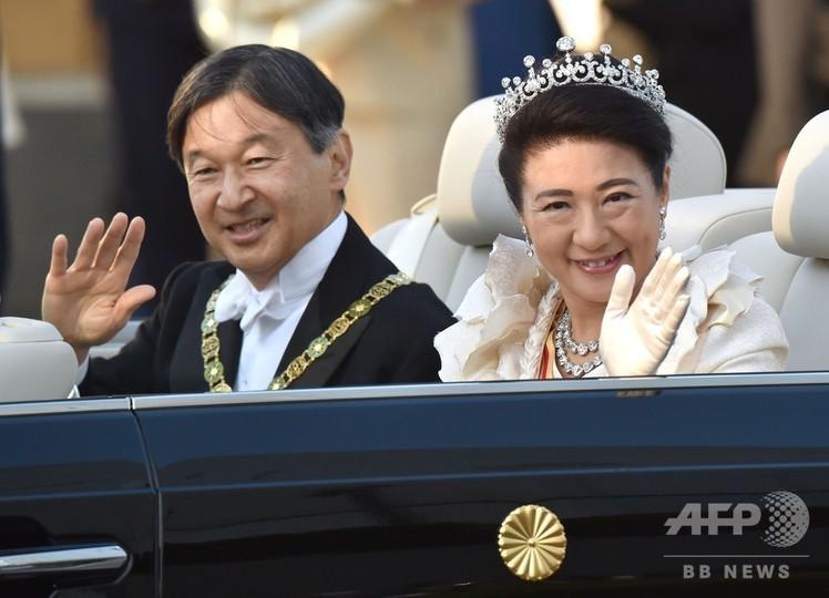祝賀 写真 都内で即位祝賀パレード、笑顔で手を振られる両陛下に歓声 写真 ...