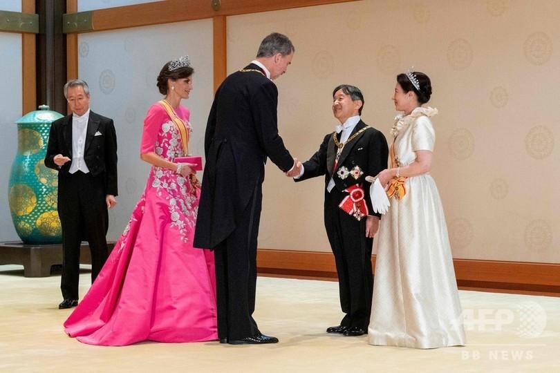 「饗宴の儀」出席のため皇居・宮殿を訪れたスペインのフェリペ6世国王(中央)とレティシア王妃(左から2人目)を出迎え、あいさつを交わされる天皇陛下(右から2人目)と皇后陛下(右)。宮内庁提供(2019年10月22日撮影、同日提供)。(c)AFP PHOTO /  Imperial Household Agency of Japan