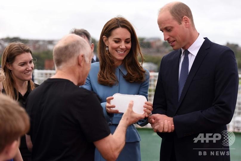 英バーケンヘッドで極地調査船の命名式に出席し、南極の氷について説明を受けるウィリアム王子とキャサリン妃(2019年9月26日撮影)。(c)Asadour Guzelian / POOL / AFP