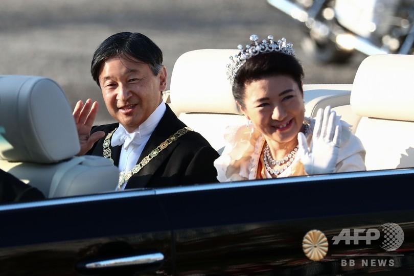 即位に伴う祝賀パレードで、オープンカーから手を振られる天皇、皇后両陛下(2019年11月10日撮影)。(c)Behrouz MEHRI / AFP