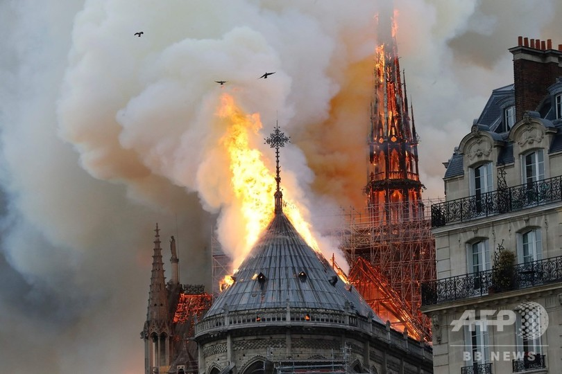 パリの観光名所ノートルダム寺院から立ち上る炎と煙(2019年4月15日撮影)。(c)FRANCOIS GUILLOT / AFP