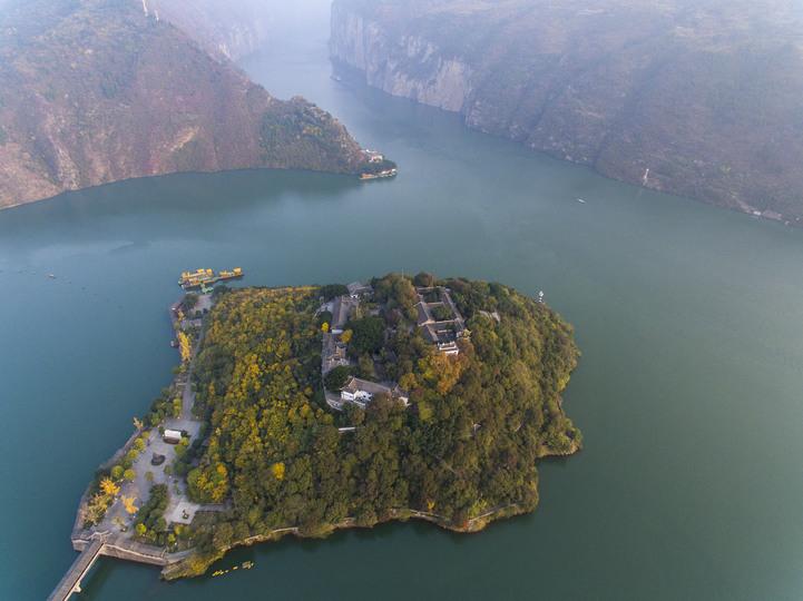上空から見た白帝城と長江三峡の瞿塘峡の入り口(2016年12月8日撮影、小型無人機から)。(c)Xinhua News