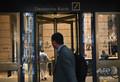 米ニューヨークにあるドイツ銀行米国本社の玄関(2019年7月8日撮影)。(c)Angela Weiss / AFP