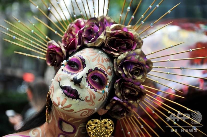 「死者の日」を前に行われたパレードで、「カトリーナ」に扮(ふん)した女性。メキシコの首都メキシコ市にて(2019年10月26日撮影)。(c)CLAUDIO CRUZ / AFP
