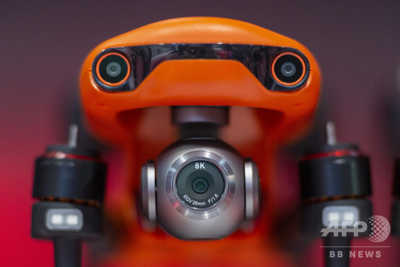 「国際コンシューマー・エレクトロニクス・ショー」に出展された、オーテルロボティクスのドローン「EVO 2」。8Kビデオカメラが搭載されている。米ネバダ州ラスベガスで(2020年1月7日撮影)。(c)DAVID MCNEW / AFP