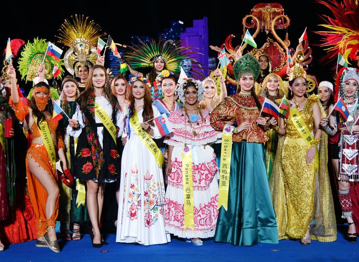 2019ミス・ツーリズム・ワールド世界大会決勝の入城セレモニーに登場した各国の出場者たち(2019年9月27日撮影)。(c)Xinhua News