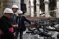 大火災から約1か月が経過した仏パリのノートルダム大聖堂を視察するカナダのジャスティン・トルドー首相(左から2人目、2019年5月15日撮影)。(c)Philippe LOPEZ / various sources / AFP