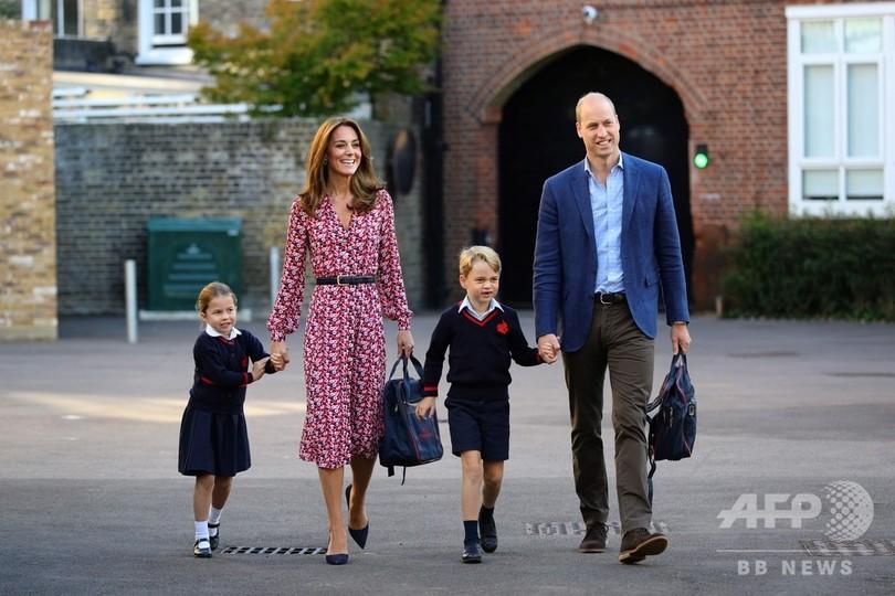 英ロンドンのトーマス・バタシー校に初登校するシャーロット王女(左端、2019年9月5日撮影)。(c)Aaron Chown / POOL / AFP